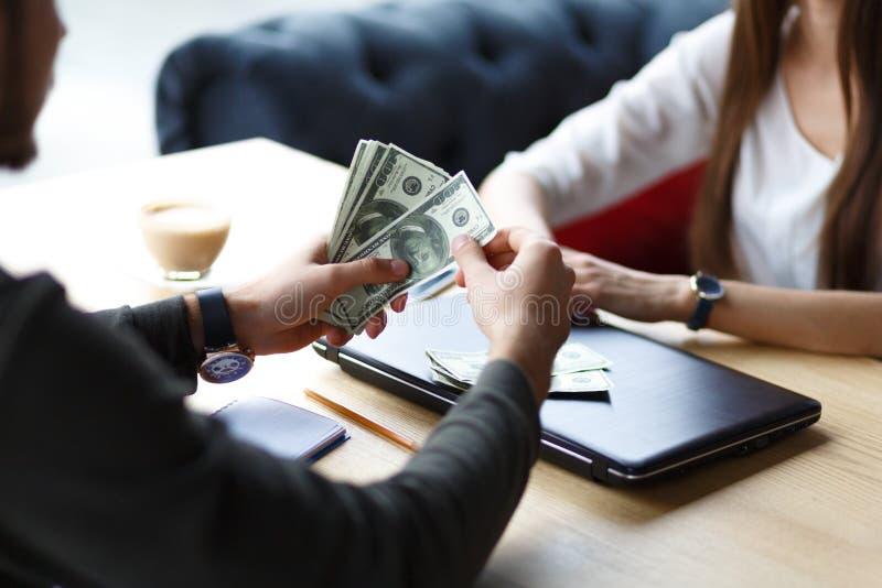 En man räknar pengar royaltyfria foton
