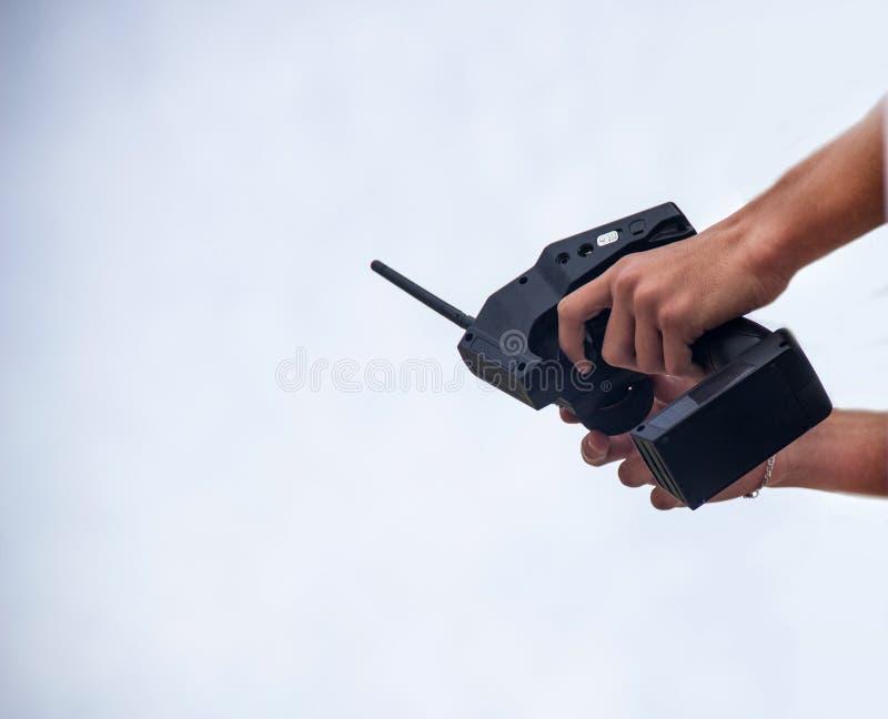 En man rymmer enkontrollerad fjärrkontroll i händerna av bilen, konkurrenser i radio-kontrollerade modeller, leksaker, fjärrkontr arkivbilder