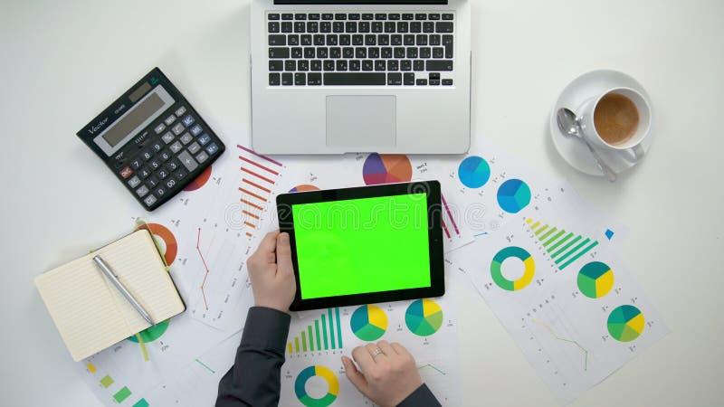 En man` s räcker att rymma ettblock med en grön skärm arkivfoton