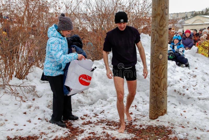 En man som är barfota i snön arkivbild