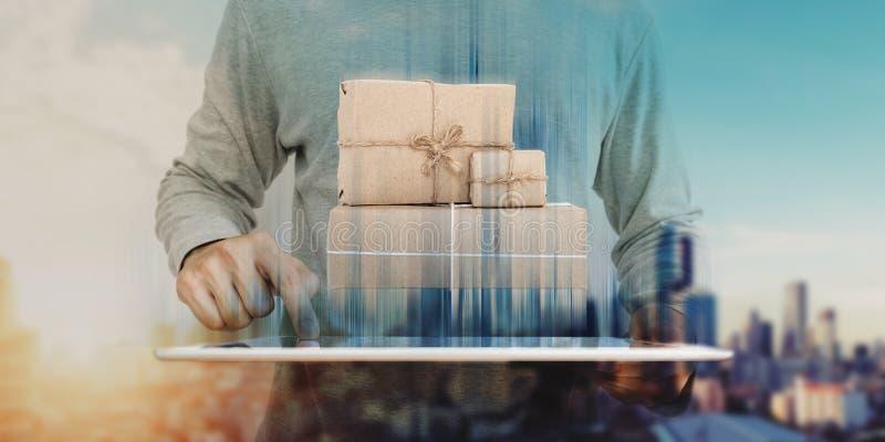 En man som använder den digitala minnestavlan med jordlottstolpen, boxas på skärmen Online-shopping-, e-kommers och leveransbegre arkivfoton
