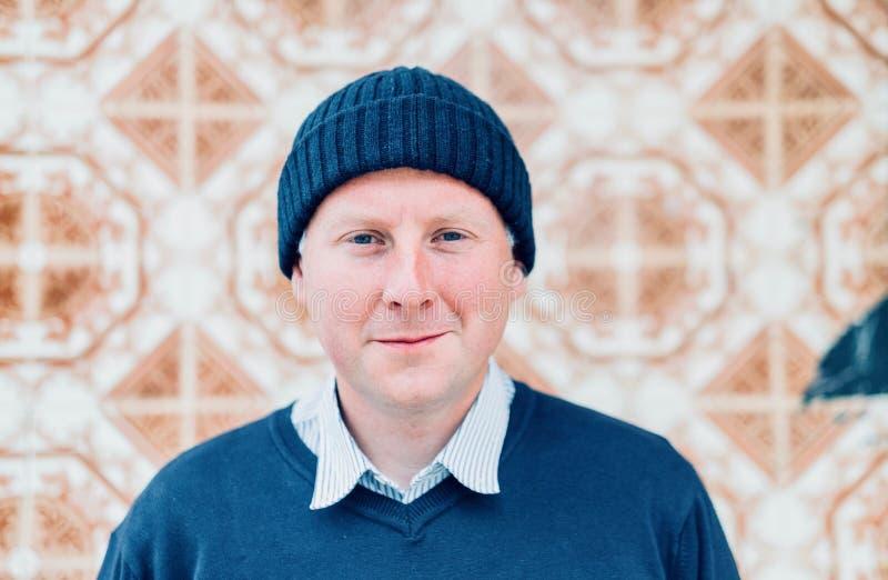 En man som bär marinblå stads- kläder, och hipsteren utformar locket royaltyfri foto