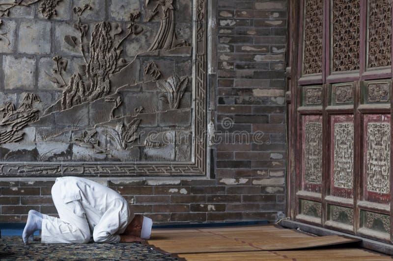 En man som ber på Xian Great Mosque i staden av Xian i Kina, Asien royaltyfria bilder