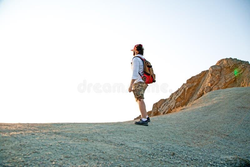 En man som förbiser en panoramautsikt av en härlig kustlinje royaltyfri bild