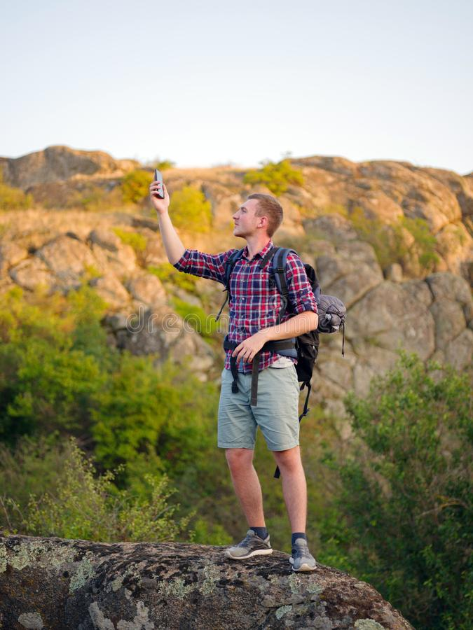 En man som försöker att kalla en telefon på en naturlig bakgrund Turisten kan appellen för ` t en telefon Begrepp för dålig anslu arkivbilder