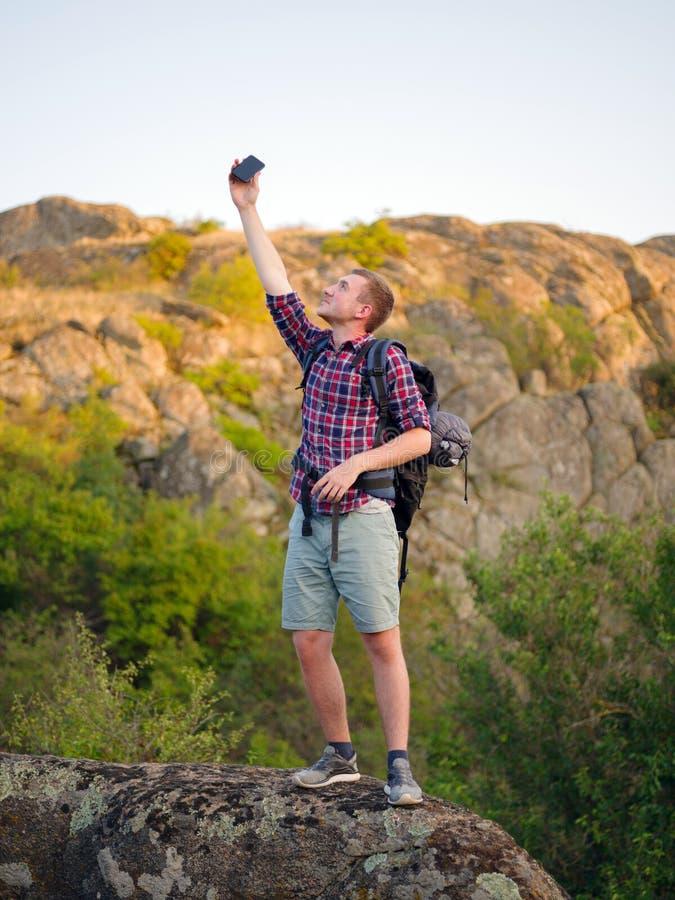 En man som försöker att kalla en telefon på en naturlig bakgrund Turisten kan appellen för ` t en telefon Begrepp för dålig anslu royaltyfri foto