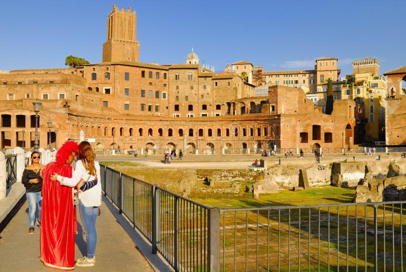 EN MAN SOM FÖRSTÄLLAS AV DEN ROMERSKA CENTURIONEN, UTFÖR PÅ BETALNING FÖR TURISTER fora italy roman rome royaltyfria bilder