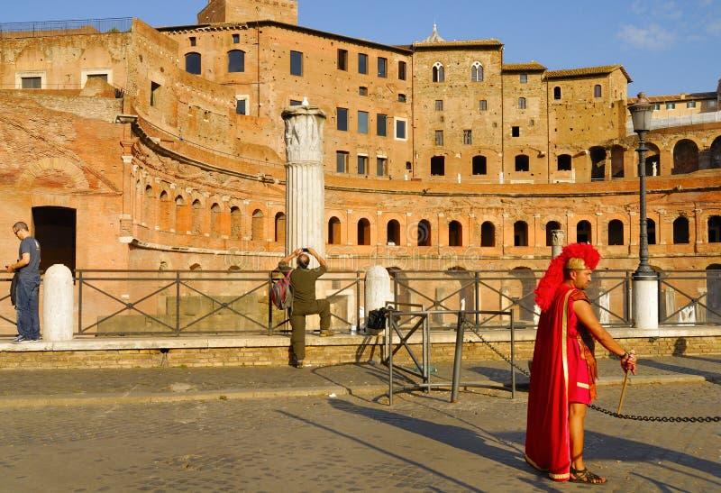 EN MAN SOM FÖRSTÄLLAS AV DEN ROMERSKA CENTURIONEN, UTFÖR PÅ BETALNING FÖR TURISTER fora italy roman rome arkivfoton