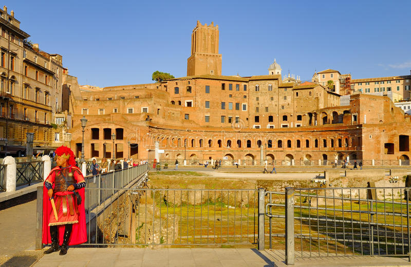 EN MAN SOM FÖRSTÄLLAS AV DEN ROMERSKA CENTURIONEN, UTFÖR PÅ BETALNING FÖR TURISTER fora italy roman rome royaltyfria foton