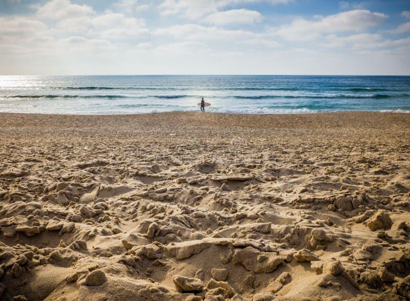 En man som går till att surfa royaltyfria foton