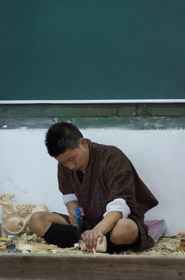 En man som gör träskulptur royaltyfri fotografi
