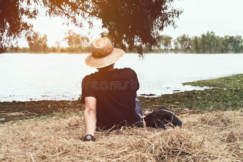 En man som kopplar av på stranden som tycker om bra dag royaltyfri fotografi