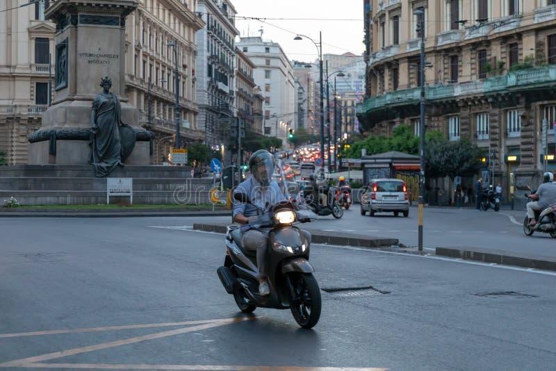 En man som rider en sparkcykel i stadstrafik royaltyfria foton