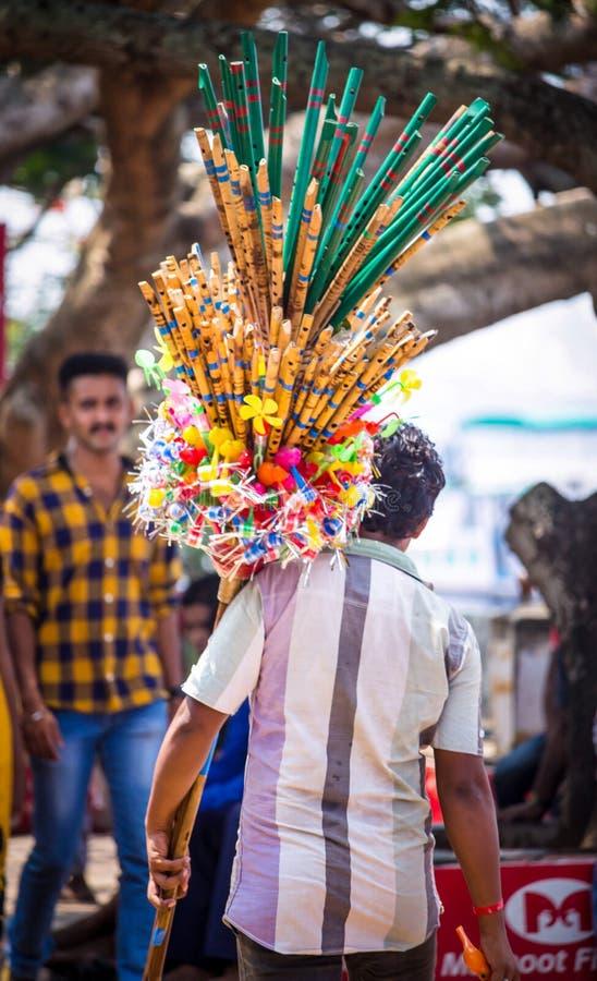 En man som säljer bambuflöjter i gata royaltyfria foton