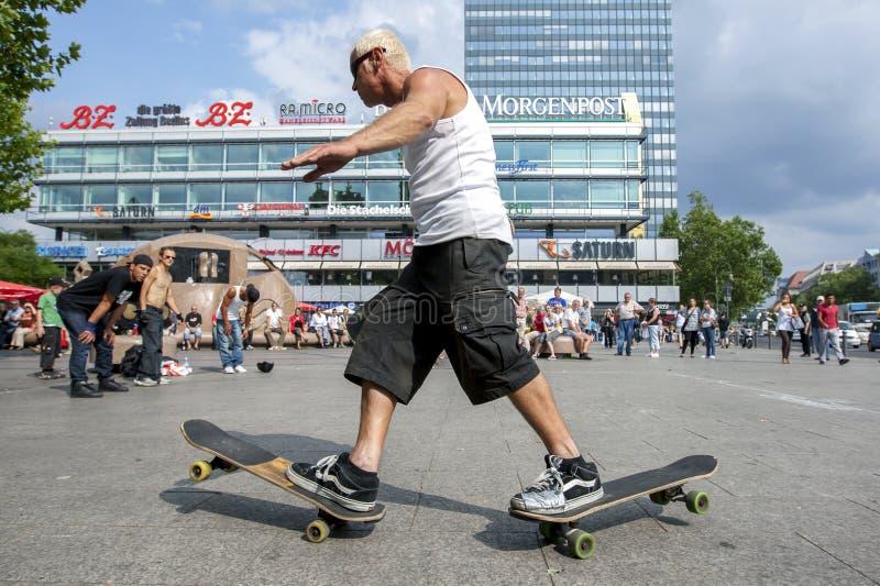 En man som skateboarding i för att parkera royaltyfria foton