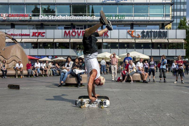 En man som skateboarding i för att parkera arkivfoto