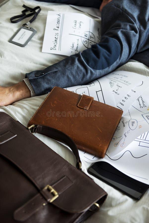 En man som sover, utan att duscha arkivfoton