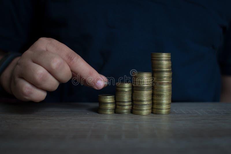 En man som staplar pengar som begreppet för framgång eller besparingar, investering royaltyfria foton