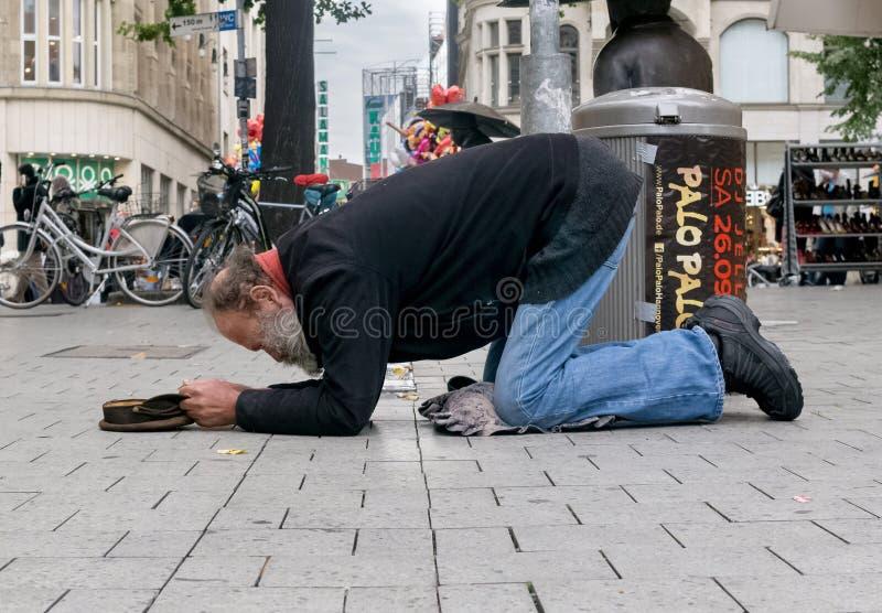 En man som tigger i gatan royaltyfri fotografi
