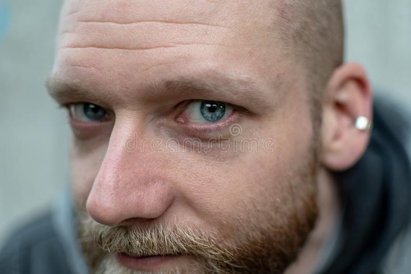 En man stirrar på kameran royaltyfria foton