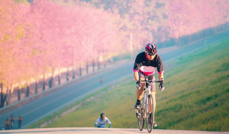 En manritt en cykel uppnår målet för högt berg royaltyfri bild