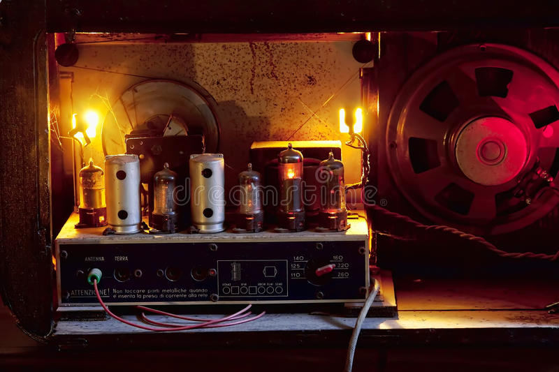 En marche mis tubes d'une radio de cru photographie stock libre de droits