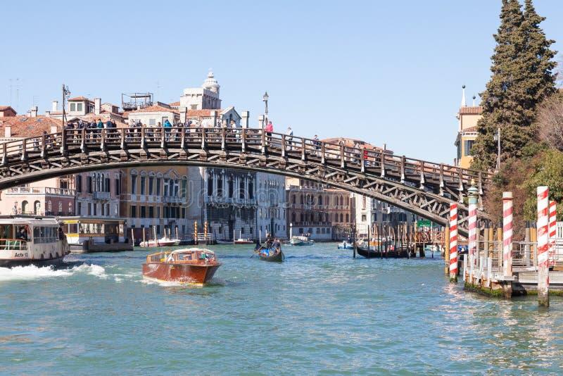 En marzo de 2017 puente de Accademia, Venecia, Véneto, Italia con tráfico de agua imagenes de archivo