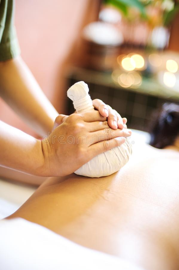 En massageterapeut som ger en tillbaka massage arkivfoto