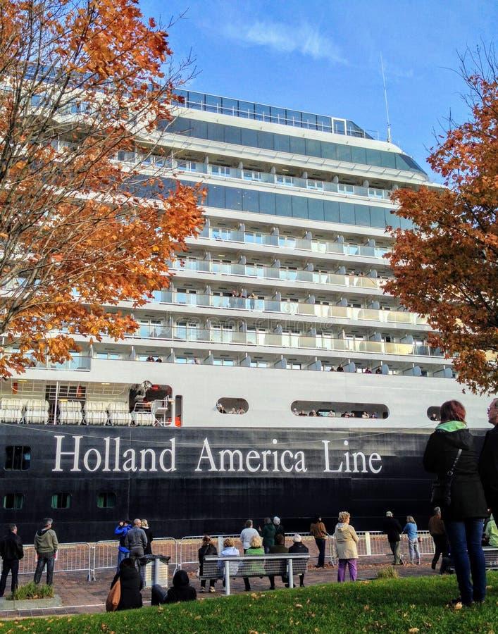 En massiv Holland America linje kryssningskepp som anslutas i Quebec City royaltyfria bilder