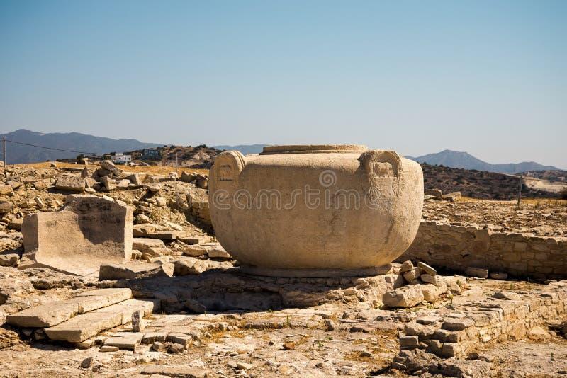 En massiv stenvas i forntida akropolplats i Limassol arkivbilder