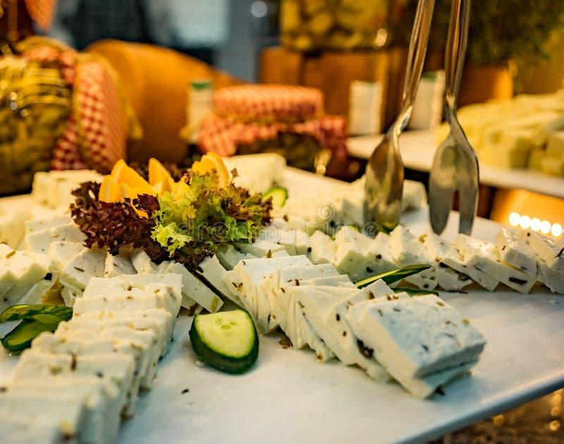 En maträtt av grönsaker och ost som skivar på tabellen arkivbilder