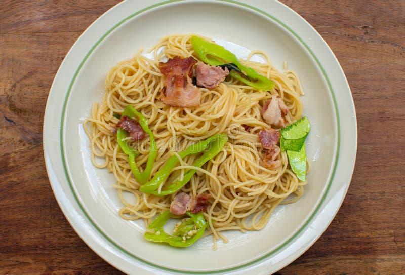 En maträtt av spagetti på trätabellen royaltyfri bild