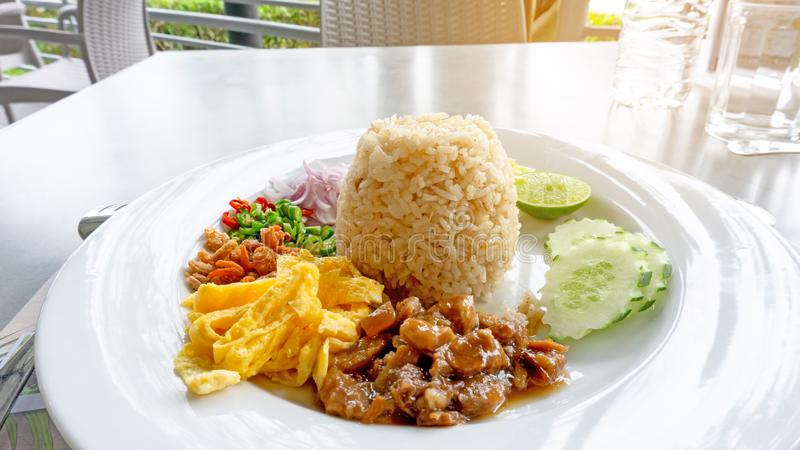 En maträtt av thailändsk mat kallade Ris Blandning räkadeg, recepten är avfyrat ris, sött griskött, den gula omelettet, torkad rä royaltyfri foto