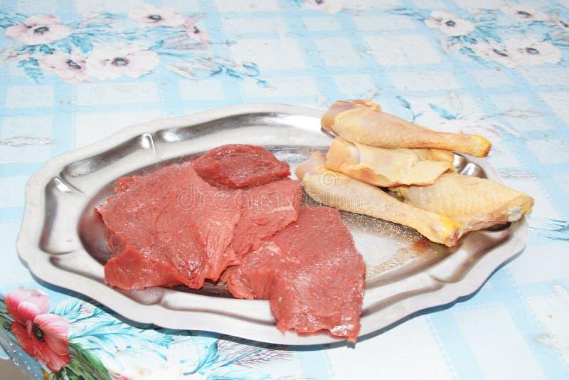 En maträtt med trott kött, till kocken med grillfesten arkivbild