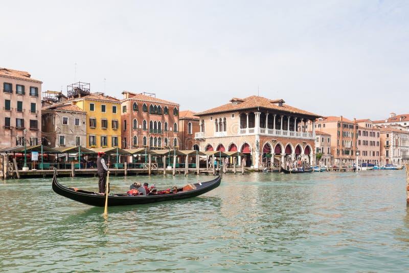 En mayo de 2017 Venecia, Italia Góndola en Grand Canal delante del mercado de Rialto fotos de archivo libres de regalías