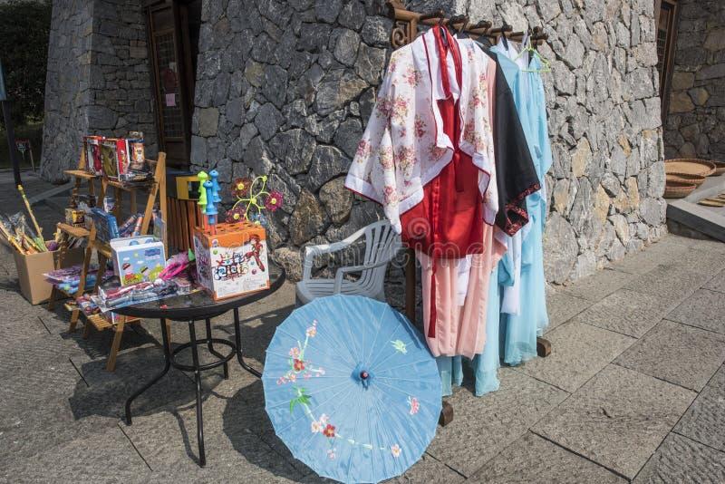 En medelålders kvinna som säljer små artiklar arkivbild
