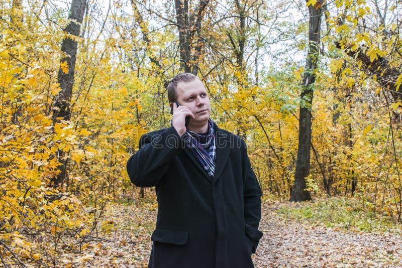En medelålders man i Autumn Park arkivbild