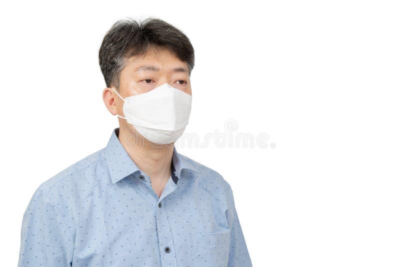 En medelålders man som bär en maskering på vit bakgrund arkivbild