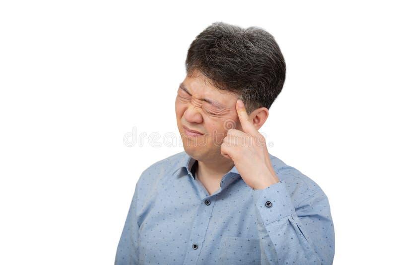 En medelålders man som lider från huvudvärk på vit bakgrund royaltyfri fotografi