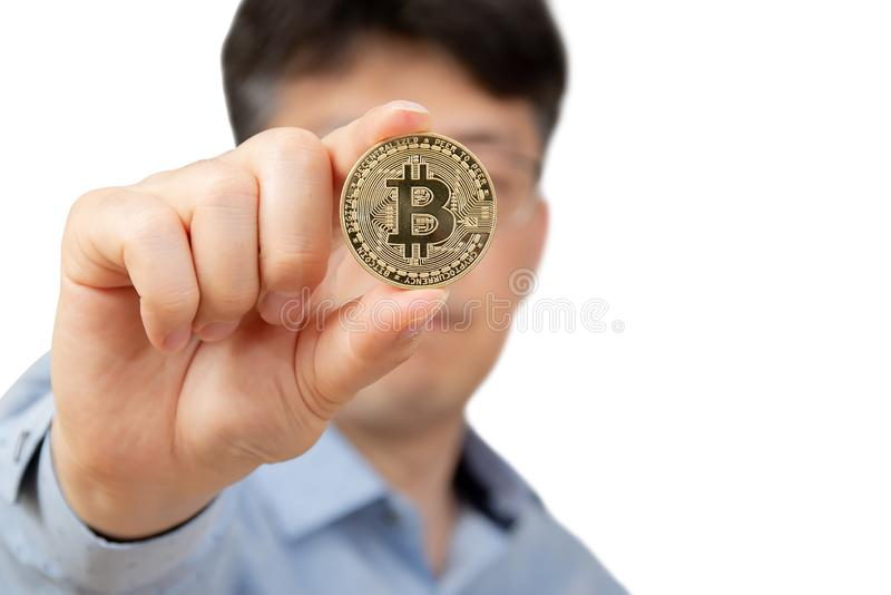 En medelålders man som rymmer bitcoin på vit bakgrund arkivfoton