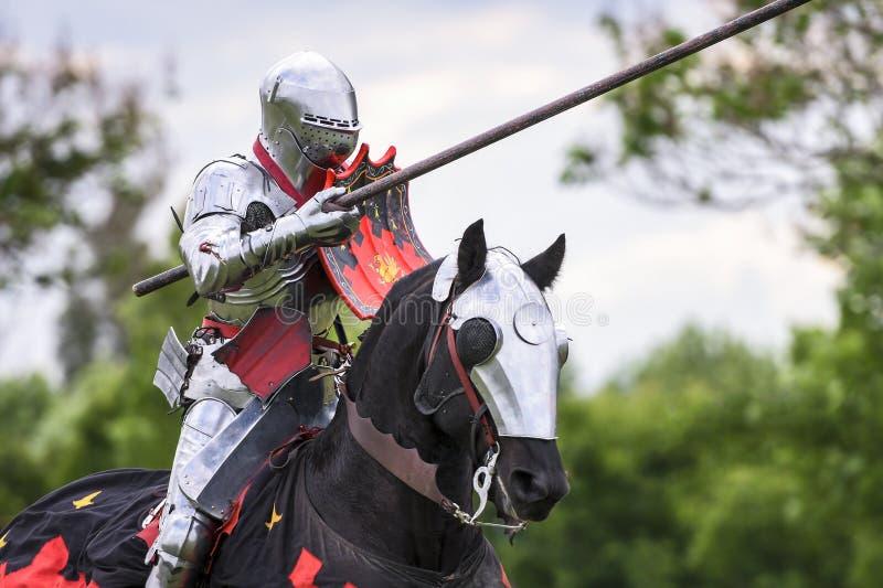 En medeltida riddare förbereder sig att slåss under jousting turnering royaltyfri foto