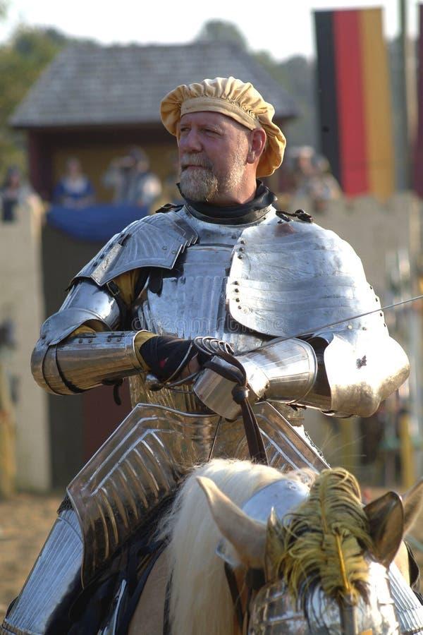 En medeltida riddare på en häst royaltyfri foto