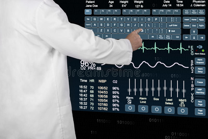En medicinsk professionell skriver in information på en futuristisk comput arkivfoto