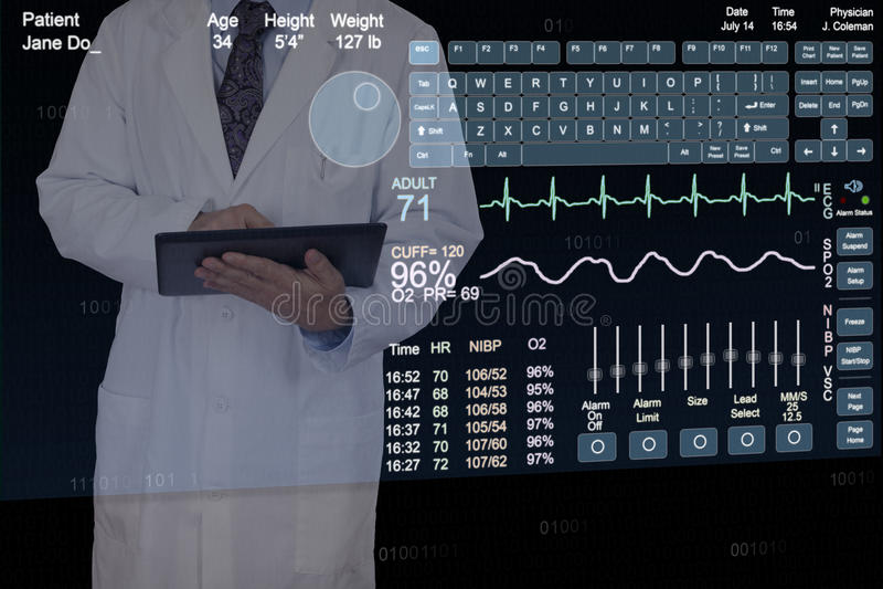En medicinsk professionell som använder en futuristisk minnestavladator. royaltyfri bild