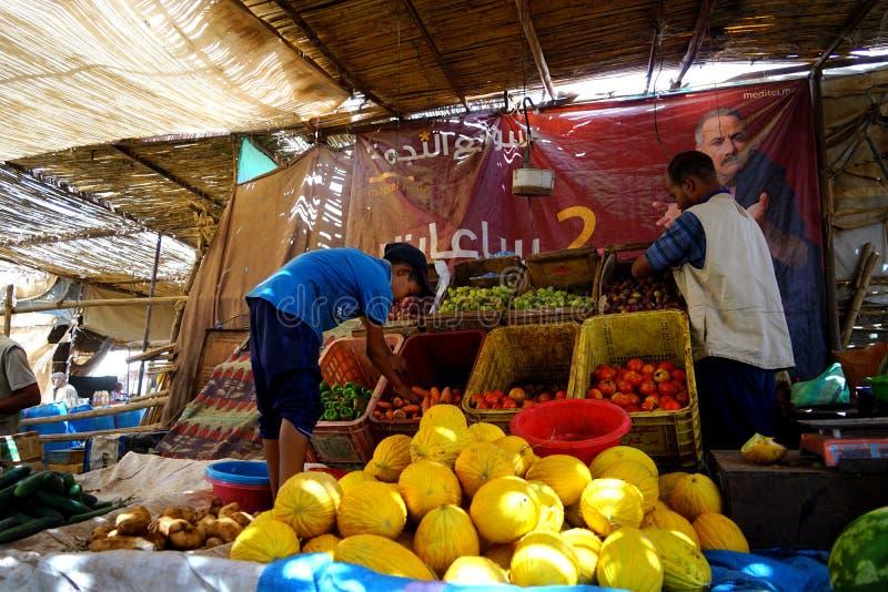 En melonsäljare i souken av staden av Rissani i Marocko royaltyfri fotografi