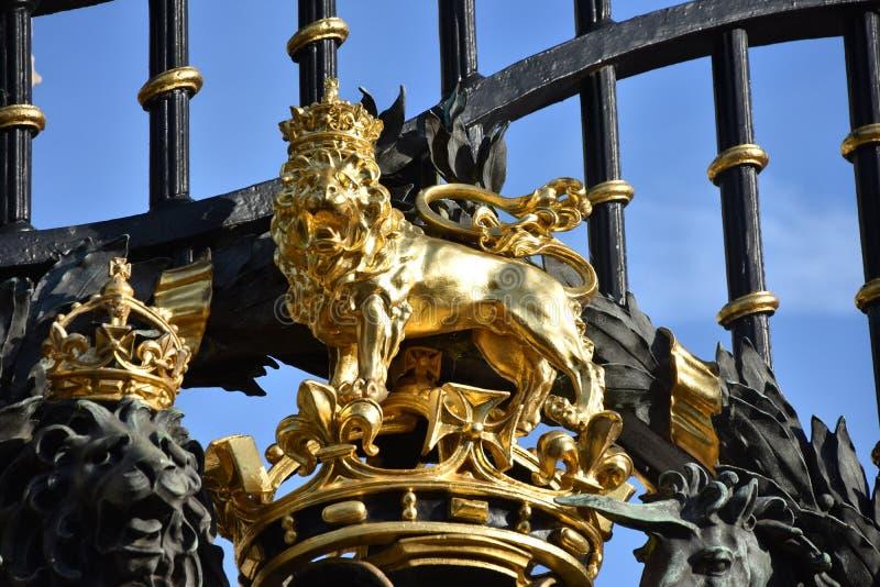 En mer nära blick på Buckingham Palaceportar royaltyfri fotografi
