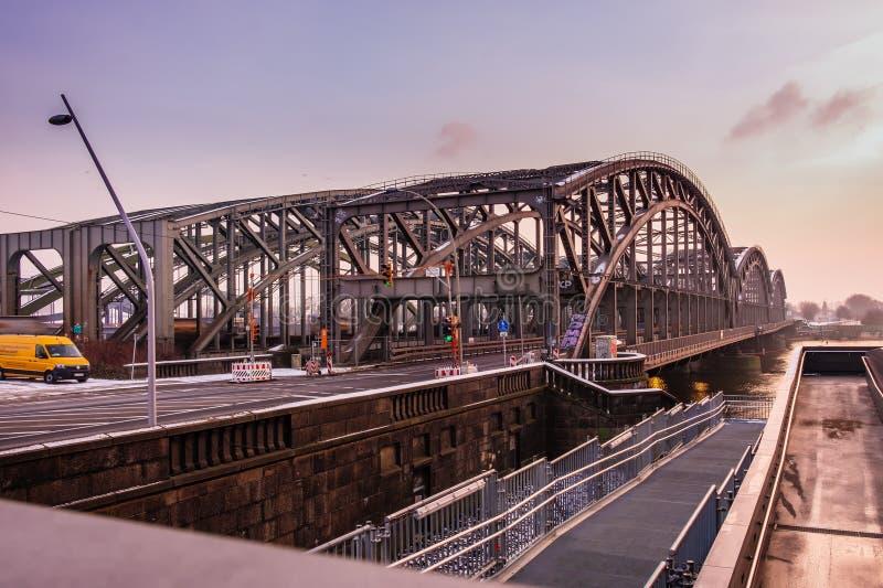En metallbro över Elben i Hamburg 23 01 2019 royaltyfria foton