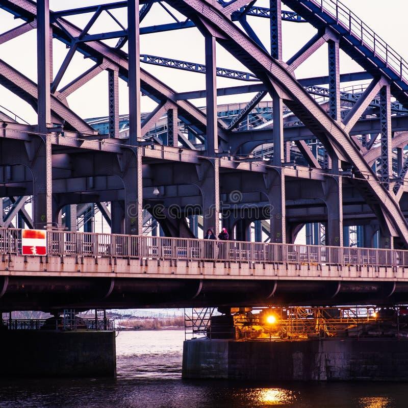 En metallbro över Elben i Hamburg royaltyfria bilder