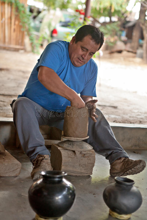 En mexikansk keramiker som arbetar på en vas i San Bartolo Coyotepec arkivfoto