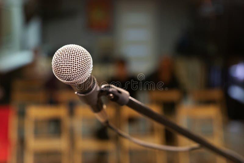En mikrofon med ett metallraster på etappen, ska sjunga för åhörarna royaltyfri fotografi